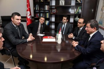 Turkey's Foreign Minister Ahmet Davutoglu met with Ukranian opposition leader Vitali Klitschko on Saturday night.
