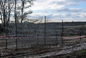 Wary of refugees, the government starts wire netting works on parts of a 30 km route over the border to prevent illegal crossings