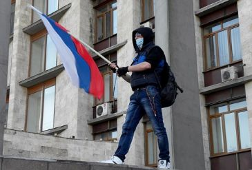 Crowds in Donetsk, Lugansk and Kharkiv attack regional admin, security service buildings and demand unification with Russia