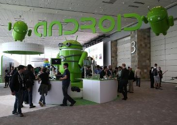 The Google Android platform grabbed the majority of mobile phones in the US market in early 2014, as consumers all but abandoned non-smartphone handsets, a survey showed Friday.