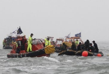 Death toll up to 276 as Sewol recovery teams continue efforts after operation halted by bad weather